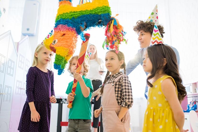 piniaty na urodziny - dzieci rozbijajace piniate
