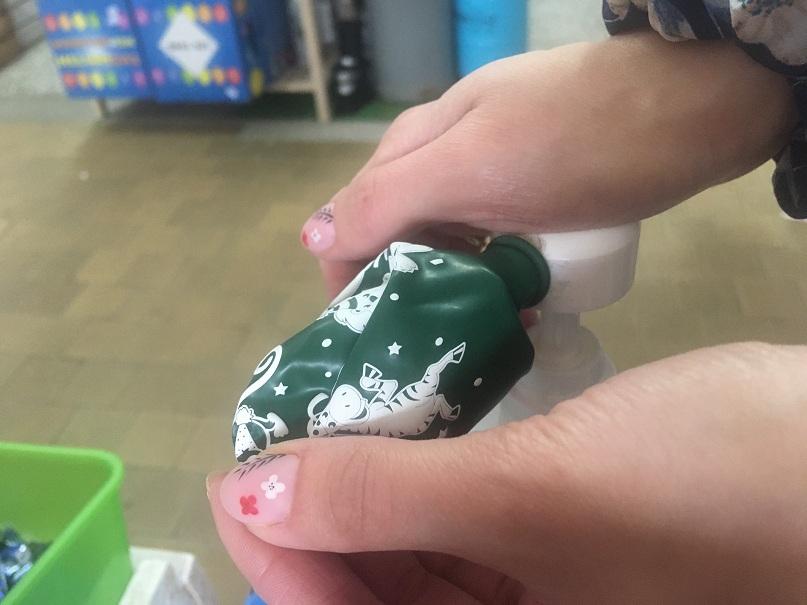 aplikowanie zelu uszczelniajacego do balonika